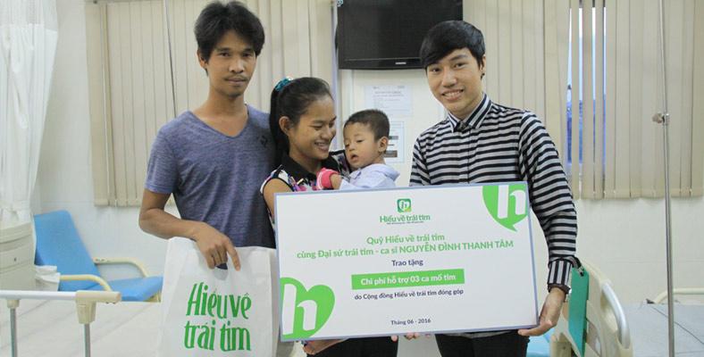 Ca sĩ Nguyễn Đình Thanh Tâm đến thăm bé Minh Tinh