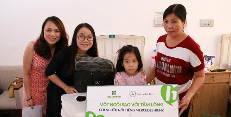 Đại diện Mercedes - Benz Việt Nam thăm bé Quỳnh Như