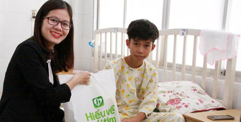 Đại diện Tập đoàn Mường Thanh đi thăm em Đình Phước