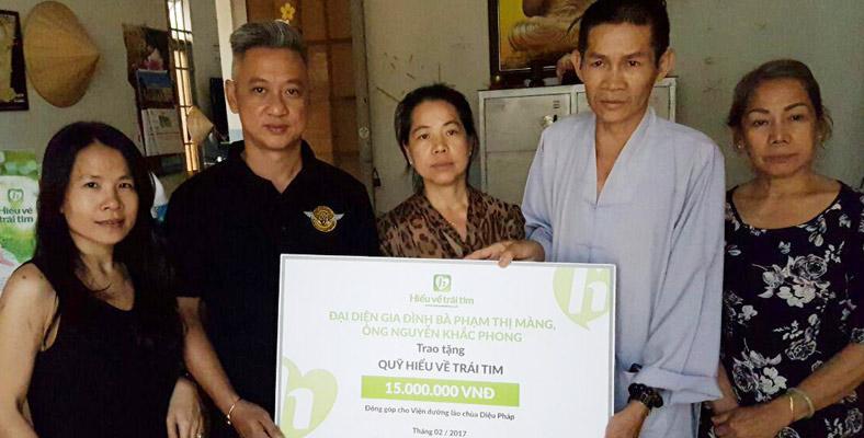 Đại diện gia đình bà Phạm Thị Màng đi thăm các cụ ở chùa Diệu Pháp
