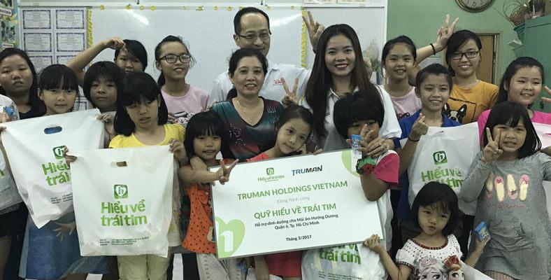 Truman Holdings Vietnam cùng HVTT tặng quà cho Mái ấm Hướng Dương