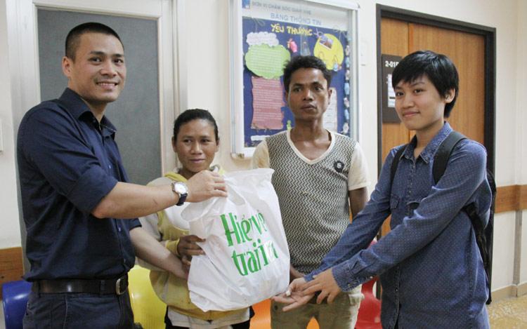 Đại diện trường mẫu giáo Kirin đến thăm 2 bệnh nhi tim người dân tộc