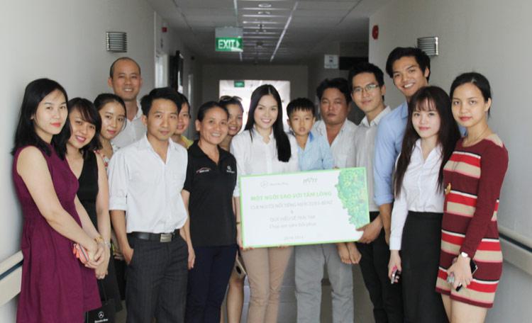 Dương Cẩm Lynh cùng Mercedes - Benz Việt Nam đi thăm bé